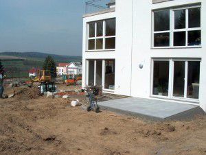 Das Eigenheim ist erbaut, die Terrasse zum künftigen Garten ist fertig und der Gartenbereich ist mit Substrat aufgefüllt. Doch welche Eigenschaften hat es? Das kann man mit einfachen Mitteln abschätzen. ©Alexander Stahr