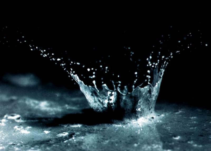 Wassertropfen trifft auf Boden