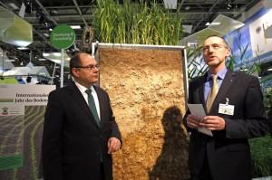 Bundeslandwirtschaftsminister Christian Schmidt auf der Grünen Woche vor einem Bodenexponat. © BMEL/Groß
