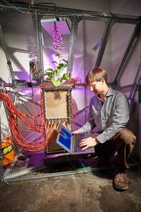 Maximilian Weigand von der Universität Bonn am Rhizotron.